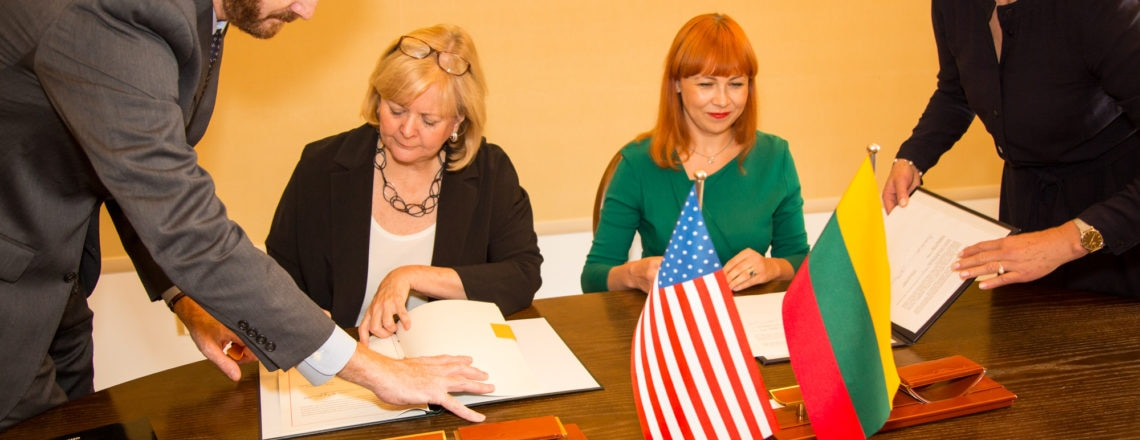 Ambasadorė Hall pasirašė susitarimą mokslo, technologijų ir inovacijų srityse